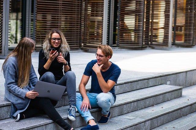 iculum jóvenes estudiantes charlando