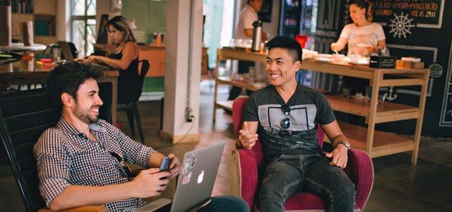 iCulum dos jovenes hablan y sonrien