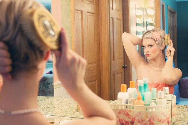 iCulum joven mirandose al espejo