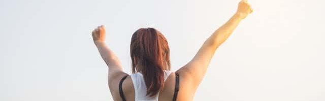 iCulum mujer levantando los brazos