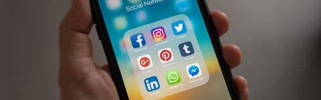 iCulum telefono apple con iconos redes sociales