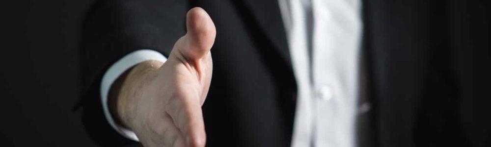 iCulum hombre da la mano